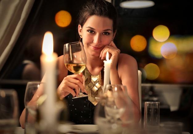 Uroczy uśmiech z winoroślą