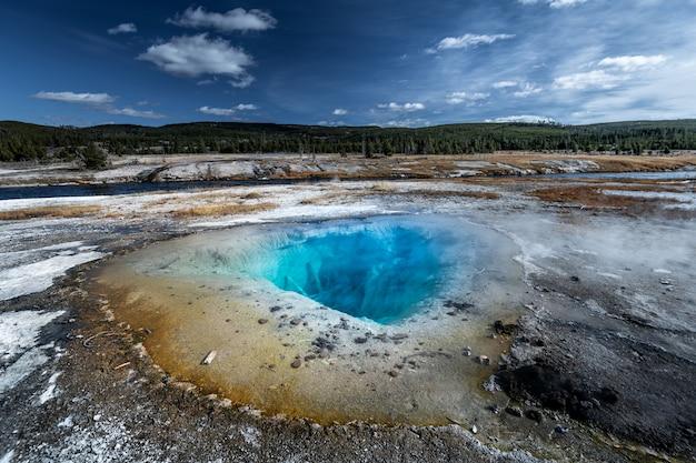Uroczysta graniastosłupowa wiosna w yellowstone parku narodowym, usa