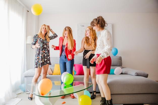 Uroczyste kobiety przyjaciół z balonów