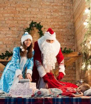 Uroczystość, boże narodzenie, nowy rok, czas zimowy, wakacje, święty mikołaj, śniegowiec, dzieciństwo