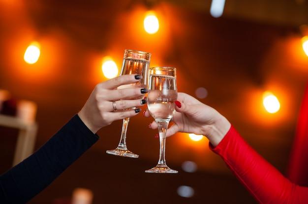 Uroczystość. ludzie trzymający kieliszki szampana, co toast