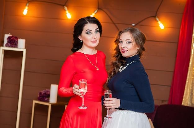 Uroczystość. piękne dziewczyny piją szampana.