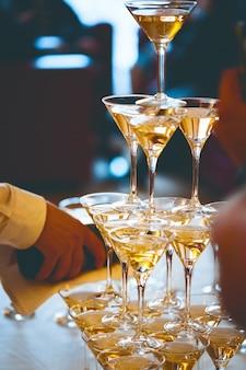 Uroczystość. piramida kieliszków do szampana.