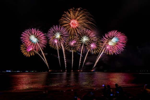 Uroczystości fajerwerk w nocy na morzu pattaya miasta tajlandii