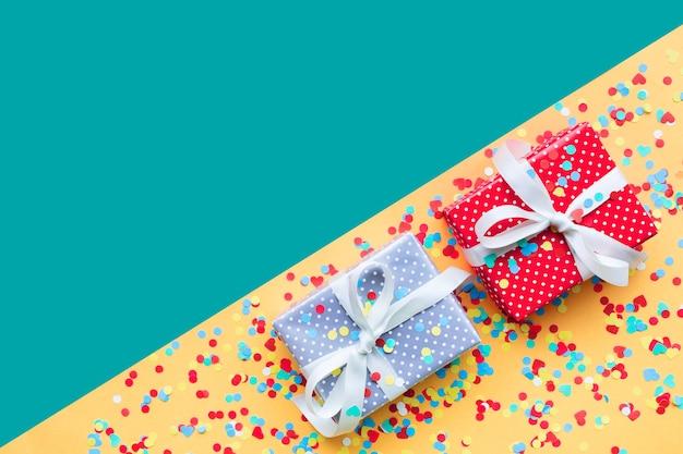 Uroczystości, koncepcje tła imprez z kolorowym pudełkiem prezentowym w sztuce papieru