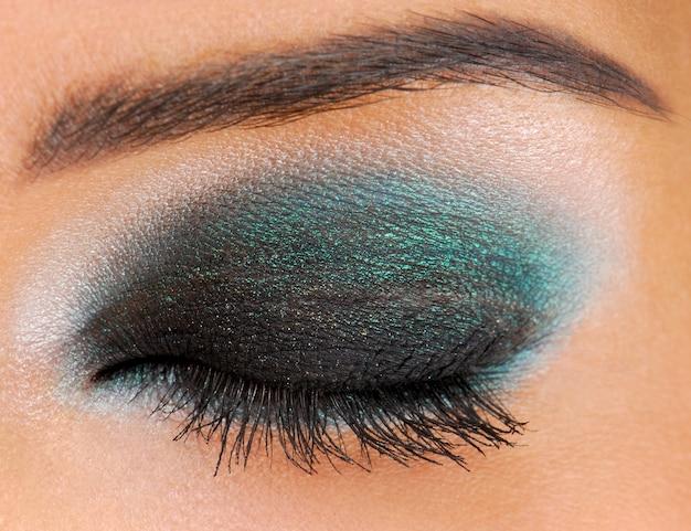 Uroczysty makijaż glamour. ludzkie oczy zamknięte.
