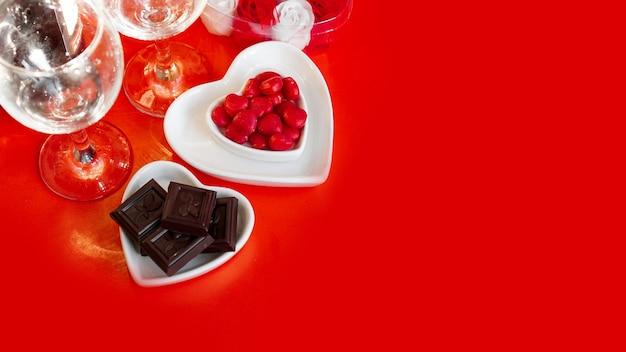 Uroczysty obiad. data. czerwone tło na walentynki. koncepcja obiadu miłości