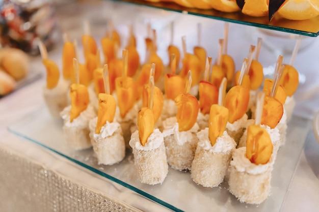 Uroczysty słony bufet, ryby, mięso, frytki, kulki serowe i inne specjały do świętowania wesel i innych imprez