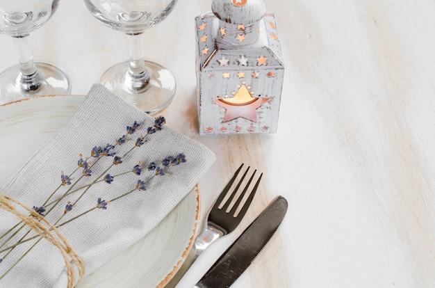 Uroczysty stół ustawienie ze świecami i lawendy.