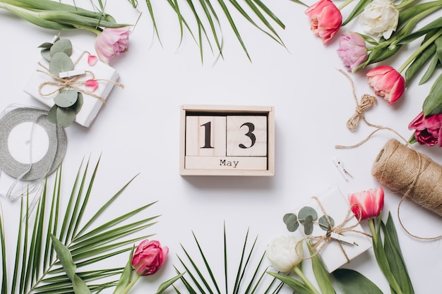 Uroczysty układ: pudełka z prezentami, wstążkami, kalendarz do dnia matki