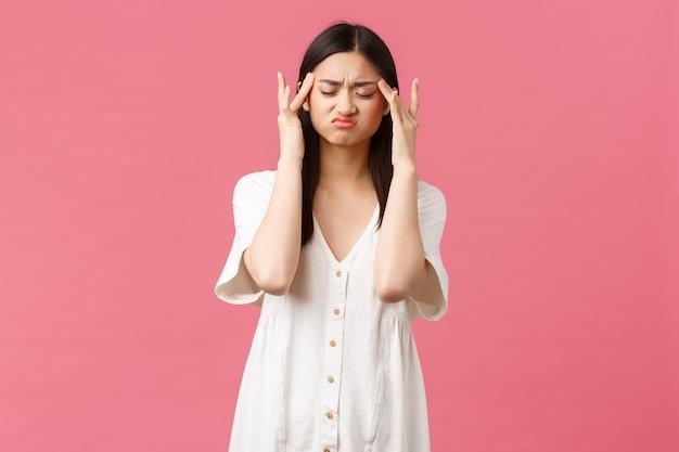 Uroda ludzi emocje i letni wypoczynek i wakacje koncepcja zakłopotana azjatycka kobieta dotyka templ...