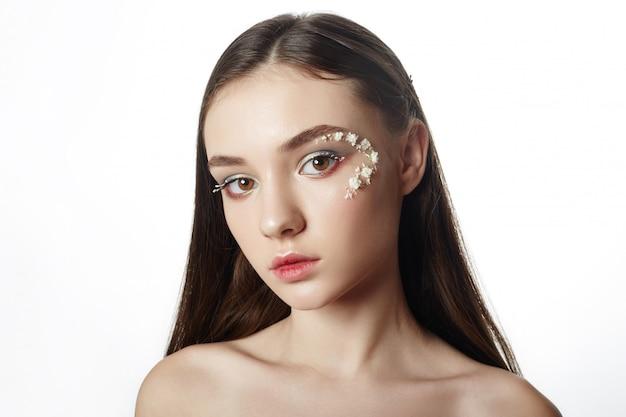 Uroda makijaż twarzy, kosmetyki z płatków kwiatów
