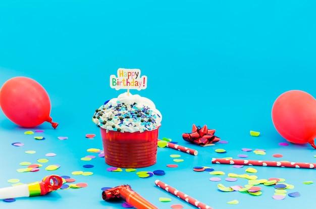 Urodzinowa babeczka z świeczką i balonami