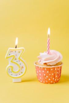 Urodzinowa babeczka z zaświecającą świeczką