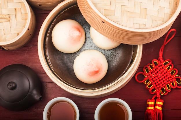 Urodzinowa bułka w kształcie brzoskwini znana jako longevity peach - chińskie ciasto specjalne