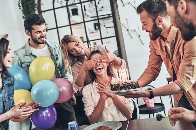 Urodzinowa dziewczyna. grupa szczęśliwych ludzi świętujących urodziny wśród przyjaciół i uśmiechniętych