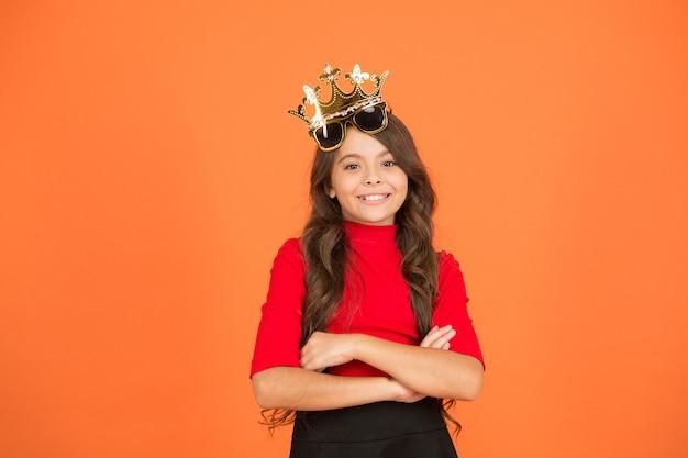 Urodzinowa dziewczyna. koncepcja maskarady. rozrywka na imprezy. luksusowa uroczystość. uroczystość przyjęcia. świętuj jak prawdziwa królowa. dziecko nosi złotą koronę. królewskie świętowanie. królowa imprez. impreza karnawałowa.
