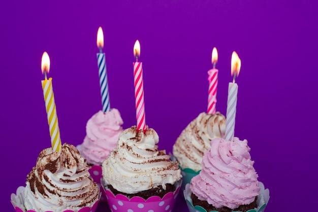 Urodzinowe babeczki z zaświecającymi świeczkami