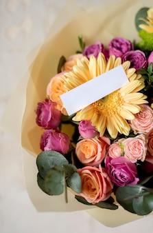 Urodzinowe kwiaty z notatką