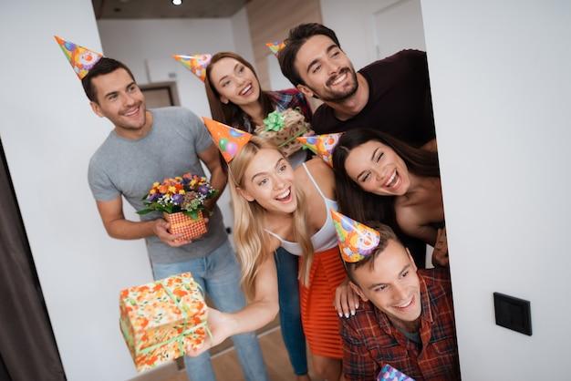 Urodzinowe przyjęcie-niespodzianka. przyjaciele w czapce urodzinowej.