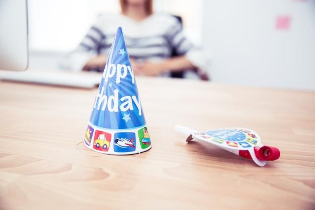 Urodzinowy kapelusz i gwizdek