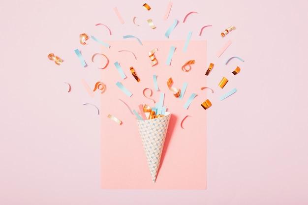 Urodzinowy kapelusz z konfetti na tle papieru