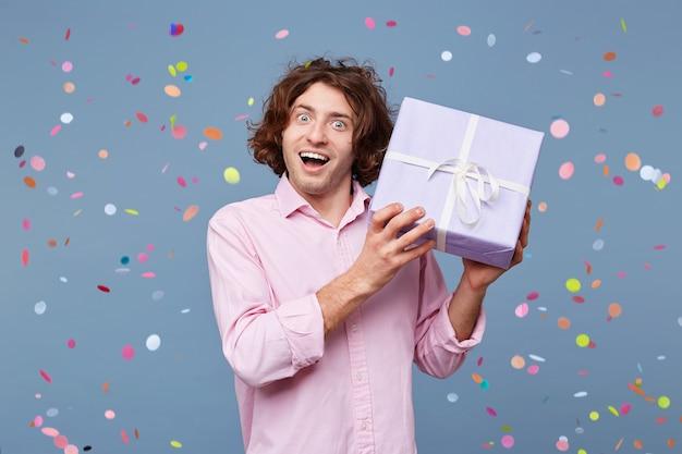 Urodzinowy mężczyzna przyjmuje gratulacje