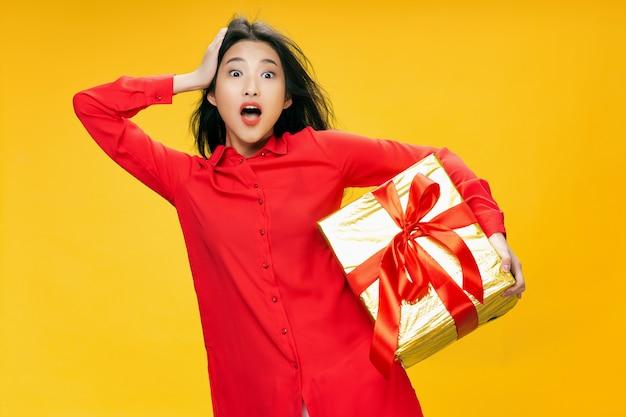 Urodzinowy prezent niespodzianka niespodzianka kobieta czerwona koszulka wakacyjna żółta