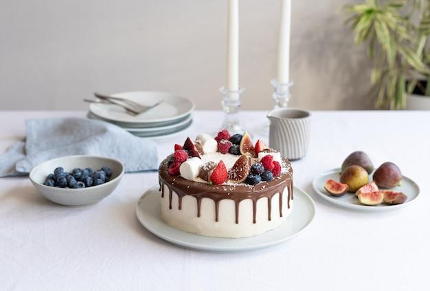 Urodzinowy stół do dekoracji wnętrz jadalni ciasto jagodowe z czekoladą i serkiem śmietankowym