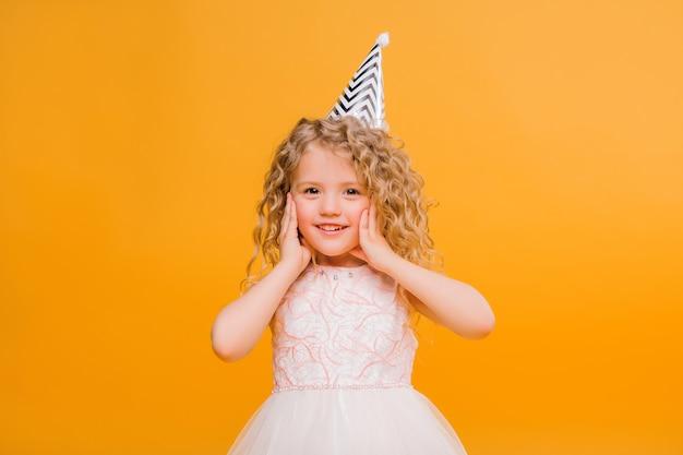 Urodziny dziewczyny uśmiechnięte na pomarańczowo