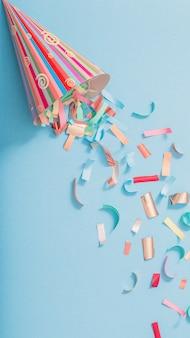 Urodziny kapelusz z konfetti na tle papieru