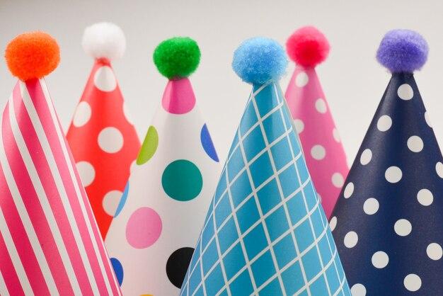 Urodziny kolorowe czapki na białym tle.