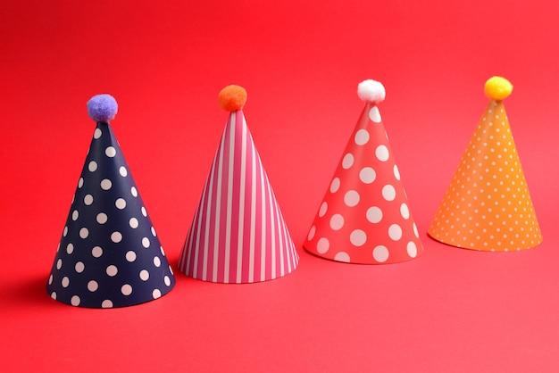 Urodziny kolorowe czapki na czerwono