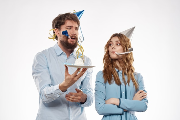 Urodziny para z cupcake i świecą na sobie kapelusze party na białym tle