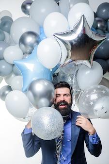 Urodziny przygotowuje się do świętowania przyjęcia stylowy facet urodzinowy trzyma balony zadowolony biznesmen z
