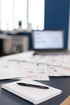 Uruchom biuro z nowoczesnym wzornictwem w dzień firmy finansowej. obszar burzy mózgów w centrum biznesowym z nikim w nim, strzał pustego pokoju z nowoczesnymi meblami i niebieską ścianą.