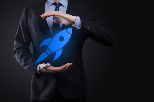 Uruchom koncepcję z biznesmenem posiadającym abstrakcyjną cyfrową rakietę ikona rakieta uruchamia się i szybuje w powietrzu.