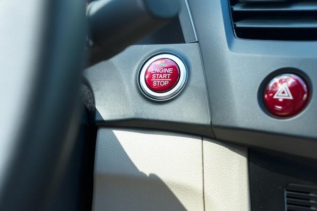 Uruchom przycisk silnika na desce rozdzielczej nowoczesnego samochodu