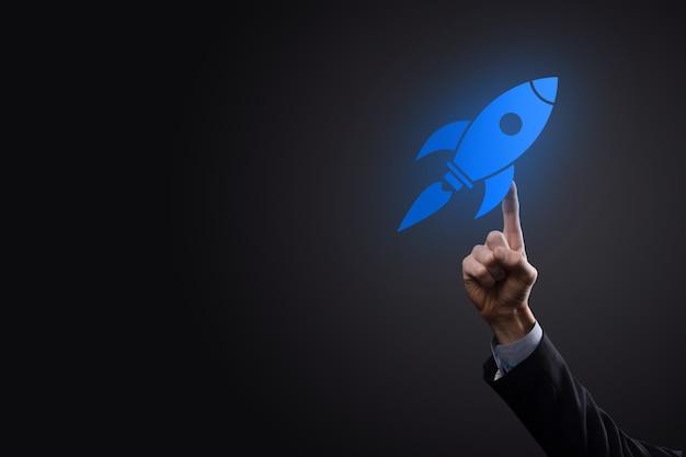 Uruchomić koncepcję z biznesmenem posiadającym abstrakcyjną cyfrową ikonę rakiety rakieta uruchamia się i szybuje w locie