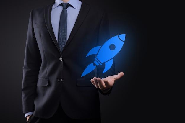 Uruchomić koncepcję z biznesmenem posiadającym abstrakcyjną cyfrową ikonę rakiety rakieta uruchamia się i szybuje w powietrzu