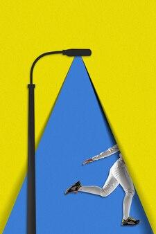 Uruchomiona kobieta. niebieskie światło papierowej latarni oświetla chodzącą osobę na żółtym tle. marzenie, papierowy świat. współczesny kolorowy i konceptualny jasny kolaż sztuki z copyspace.