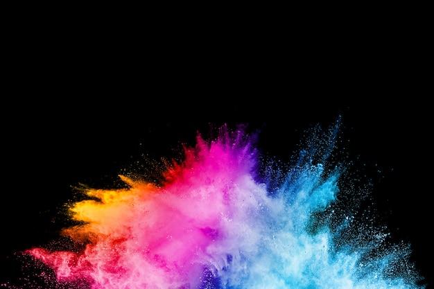 Uruchomiony kolorowy proszek na czarnym tle