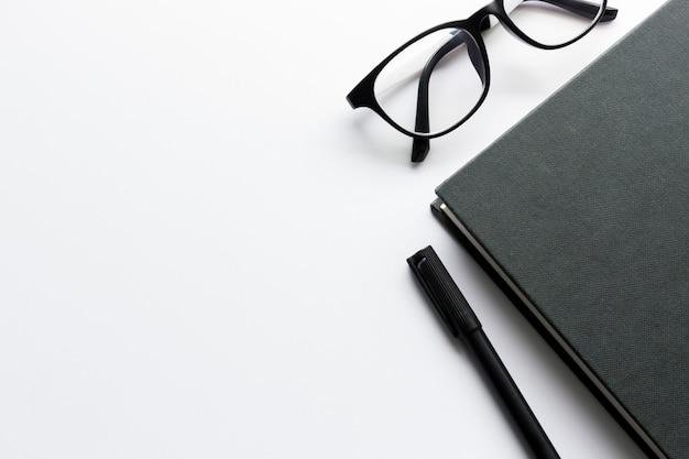 Urząd pracy z miejsca na tekst, czarna księga i okulary na biały stół