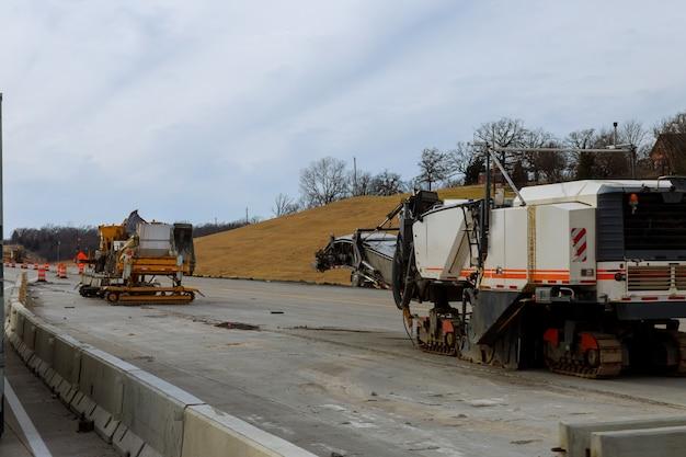 Urządzenia do budowy dróg pracują nad nową trasą napraw budowlanych