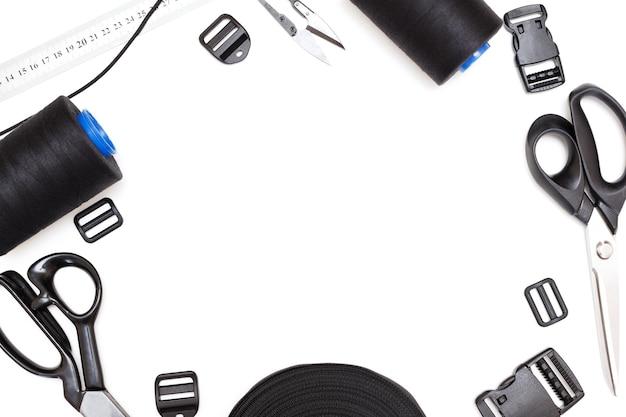 Urządzenia do szycia na białym tle na białym tle. nożyczki i akcesoria krawieckie