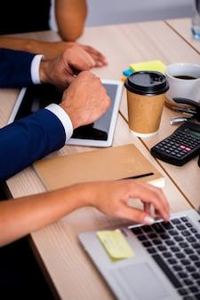 Urządzenia elektroniczne o wysokim kącie w biurze
