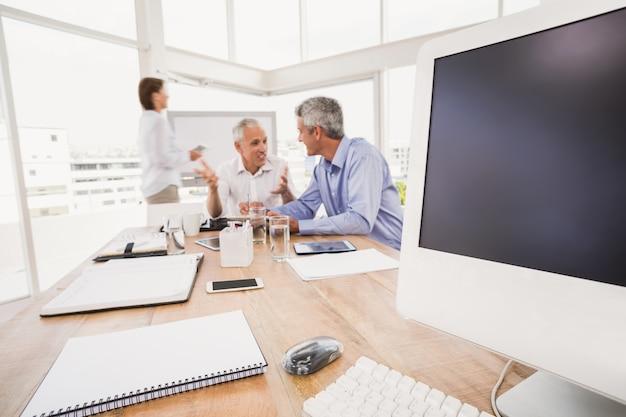 Urządzenia elektroniczne przed rozmową ludzi biznesu