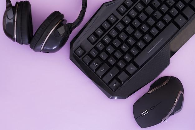 Urządzenia komputerowe, widok z góry. sprzęt do gier. obszar roboczy dla graczy