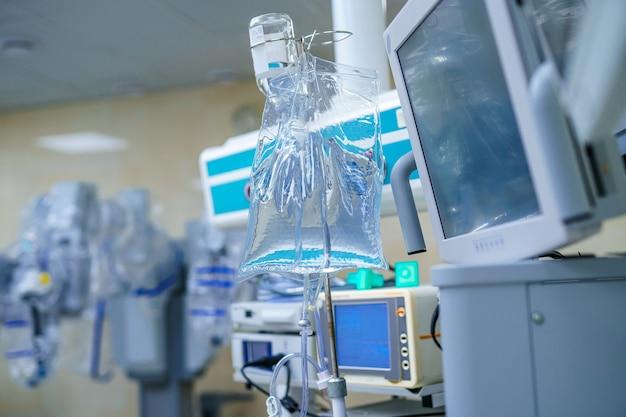 Urządzenia medyczne, koncepcja projektowania wnętrz szpitala. wnętrze sali operacyjnej w nowoczesnej klinice, ekran.