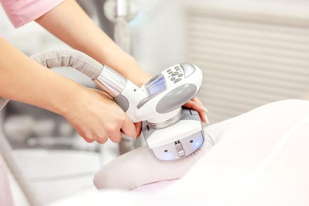 Urządzenie do masażu próżniowego. antycellulitowy zabieg korygujący ciało.
